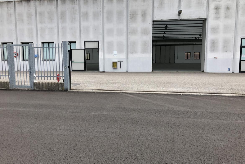 vista dell'accesso dal Viale dell'Industria (cancello riservato al civ. 35b)