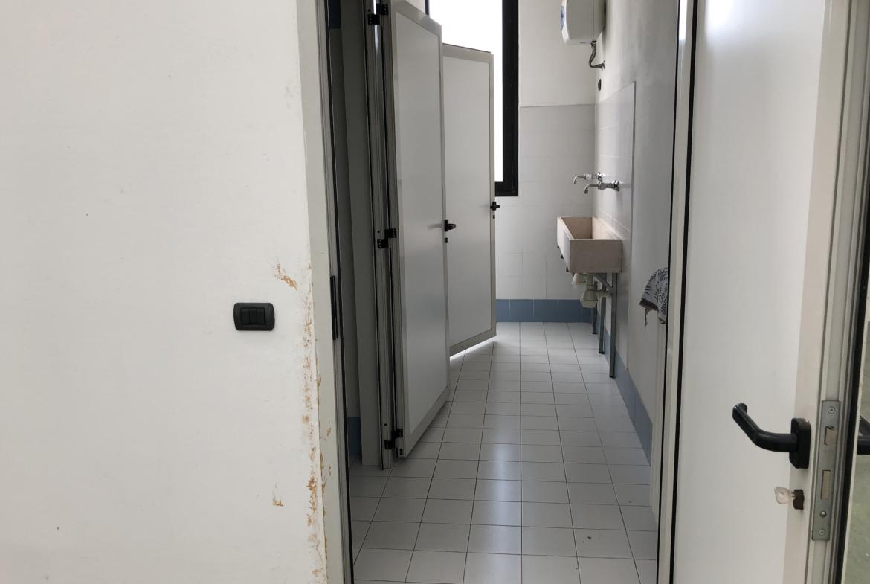 vista interno bagni con 2 lavelli;